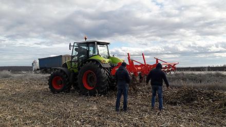 Трактор CLAAS AXION 850 в роботі на глибокому рихленні